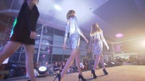Шоу подиума, группа в составе профессиональные модели представляет стильные платья нового собрания на подиуме в строке на ярком акции видеоматериалы