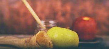 Шофар на деревянной предпосылке - символы праздника меда, яблока и гранатового дерева hashanah rosh традиционные стоковое изображение rf