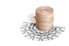 Шпагат крена стоит на банкнотах доллара Стоковое фото RF