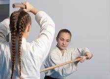 Шпага практики 2 девушек на тренировке айкидо дальше Стоковая Фотография