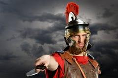 Шпага римского солдата угрожающе размахивая Стоковое Изображение RF
