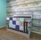 Шпаргалка младенца для новорожденного в современной спальне стоковое изображение rf