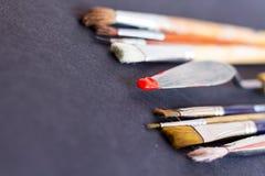 Шпатель ножа палитры с красным пигментом Стоковое фото RF