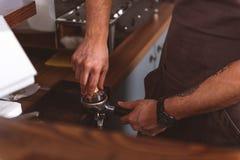 Шпалоподбойка в пользе профессионалом стоковое фото rf