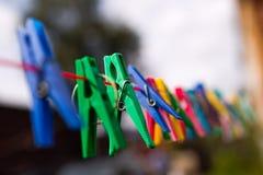 Шпеньки ткани с a под небом Стоковое Фото