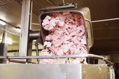 Шпик, свинина или говяжий фарш в контейнерах металла в производстве продуктов питания на заводе обработки мяса стоковое изображение rf