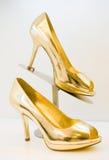 шпильки золотистых пяток высокие Стоковые Изображения RF