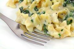 шпинат ricotta плиты макаронных изделия вилки сыра стоковые изображения rf