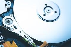 Шпиндель и раскрытый плитой дисковод жесткого диска HDD Съемка макроса Стоковая Фотография RF