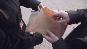 Шпион Clouse-up мужской отправляет секретные документы в женщину, вместо получать конверт с деньгами промышленно акции видеоматериалы