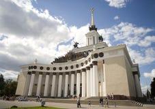 Шпиль колоннады павильона Москвы VDNH центральный Стоковые Фото