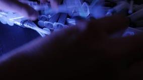 шприцы ложка жнеца мрачного героина фронта снадобья принципиальной схемы наркомании покрынная предпосылкой миниатюрная стоит бели видеоматериал