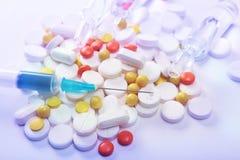 Шприц и таблетки Стоковые Фотографии RF