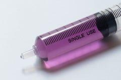 Шприц с фиолетовой жидкостью Стоковое фото RF