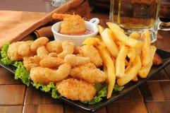 Шримс, fries и пиво Стоковое Изображение
