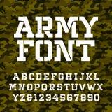 Шрифт алфавита восковки армии Напечатайте письма и номера на предпосылке зеленого camo безшовной иллюстрация штока