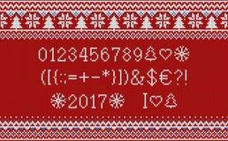 Шрифт рождества Связанный латинский алфавит на безшовной связанной картине с снежинками и елью Нордический справедливый остров вя Стоковое Изображение RF