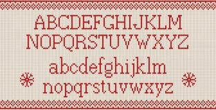 Шрифт рождества Связанный латинский алфавит на безшовной связанной картине с снежинками и елью иллюстрация штока