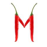 Шрифт сделанный из горячего изолированного перца красного chili на бело- письме m Стоковая Фотография