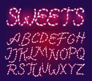 Шрифт тросточки конфеты Сладкий шуточный набор алфавита изолировано Шаблон литерности Розовые дети сахара alien кот шаржа избегае иллюстрация штока