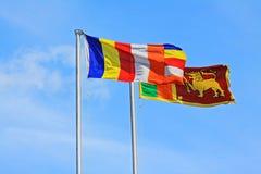 Шри-Ланка и флаг буддизма порхая стоковые фотографии rf
