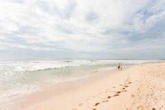 Шри-Ланка - Ahungalla - вне для утихомиривая прогулки пляжа стоковое фото