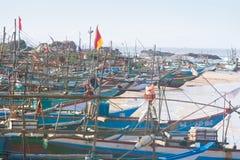 Шри-Ланка, Dodanduwa - несколько шлюпок на естественной гавани делают стоковые фотографии rf