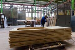 Штабелированная деревянная продукция тимберса сосны для обрабатывать, мебель стоковая фотография