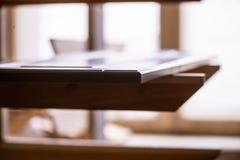 Штабелированная деревянная продукция тимберса сосны для обработки и продукция мебели на предприятии woodworking, двери промышленн стоковое изображение rf