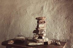 Штабелированная каменная пирамида против стены тонизировано стоковое фото