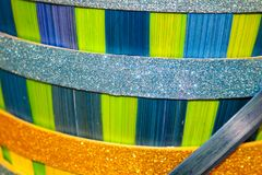 Штабелированная предпосылка голубых и зеленых и золота пасхи корзины с ярким блеском стоковое изображение rf
