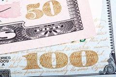 Штабелированное фото Деталь нового дизайна 100 и 50 долларов Стоковая Фотография RF