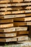 Штабелированные деревянные доски ждут обрабатывать стоковые изображения