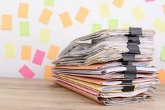 Штабелированные документы на столе офиса, красочном бумажном столбе оно Стоковое Изображение RF