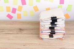 Штабелированные документы на столе офиса, красочном бумажном столбе оно Стоковая Фотография RF