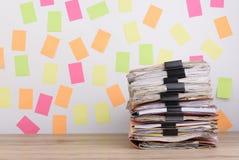 Штабелированные документы на столе офиса, красочном бумажном столбе оно Стоковое Фото