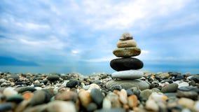 Штабелированные камешки вдоль пляжа стоковое изображение rf