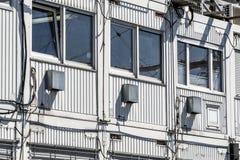 Штабелированные контейнеры как офисы строительной площадки рядом с большой строительной площадкой стоковая фотография