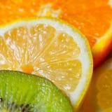 Штабелированные лимон и оранжевое кивиа стоковые изображения