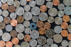 Штабелированные монетки США окруженные монетками и кренами бумаги Стоковое Изображение