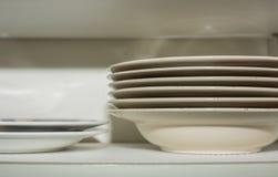 Штабелированные плиты в кухонном шкафе кухни Стоковое Изображение