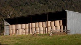 Штабелированные bales сена в сарае Стоковое Фото
