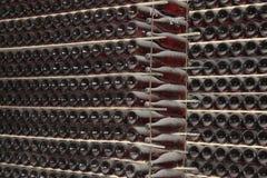Штабелировано вверх по бутылкам вина в погребе стоковое фото rf