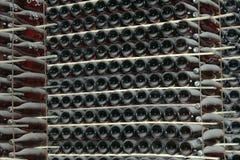 Штабелировано вверх по бутылкам вина в погребе стоковые фото