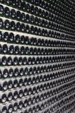 Штабелировано вверх по бутылкам вина в погребе стоковая фотография