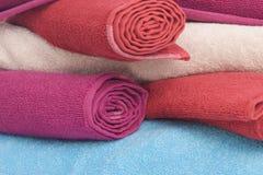 Штабелировано цветастых полотенец стоковая фотография rf