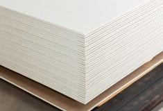 Штабелировать белых панелей гипса стоковое изображение rf