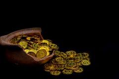Штабелировать золотую монету в сломленном опарнике на черной предпосылке, Стог денег на вклад планирования бизнеса и сохраняя буд стоковое фото rf
