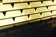 Штабелируйте золото в слитках конца-вверх, вес золота в слитках 1000 граммов концепции богатства и запас Принципиальная схема усп Стоковая Фотография