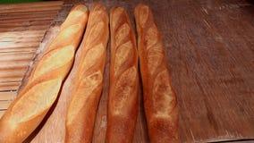 Штабелируйте свежо испеченных багетов хлеба в пекарне акции видеоматериалы